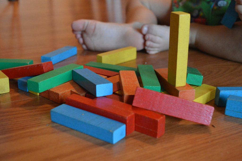 Η εικόνα δείχνει παιδάκι που παίζει στην προσχολική ηλικία.