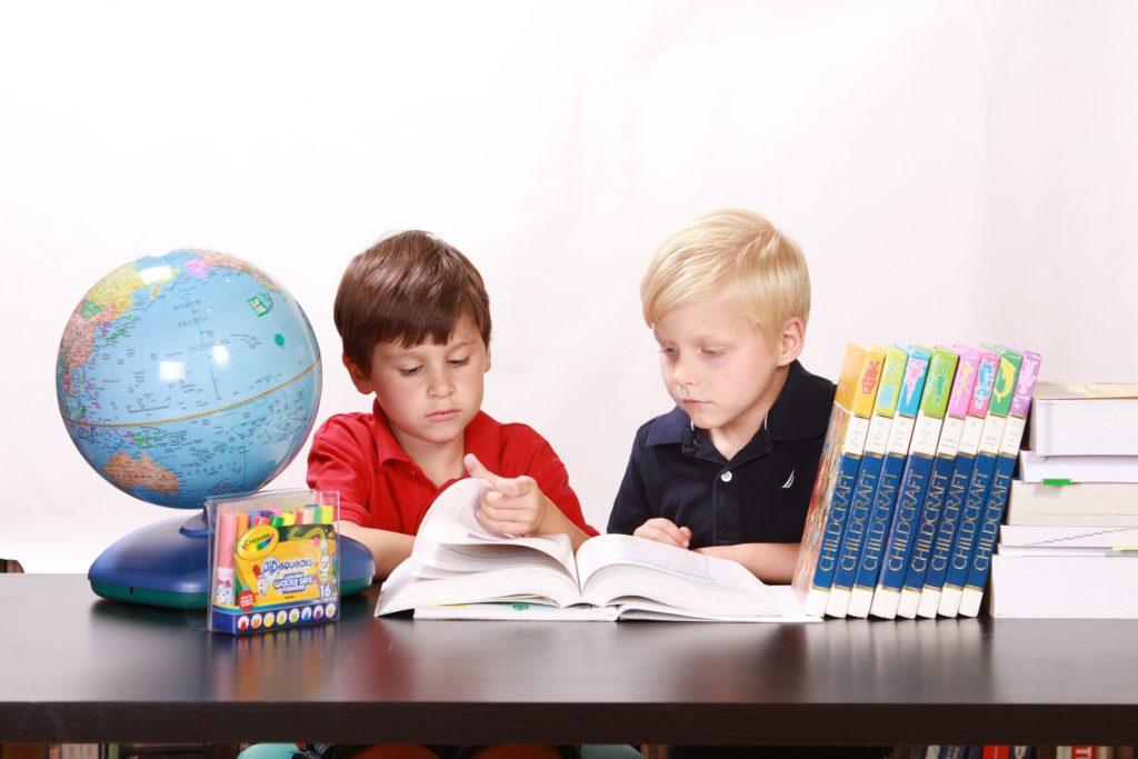 Η εικόνα δείχνει δυο παιδιά που διαβάζουν στην σχολική ηλικία.